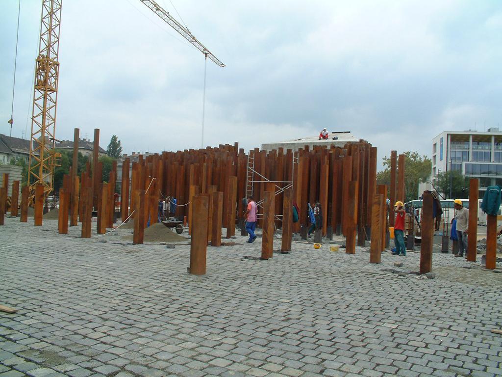 Az Ötvenhatosok Terén álló 56-os emlékmű 5000 acélkockáját a Pallagi Art készítette.