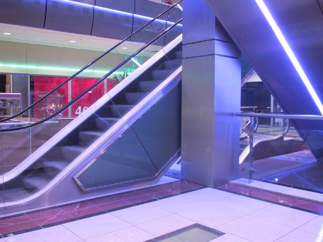 Mozgólépcső-burkolatok a Duna Plazaban.