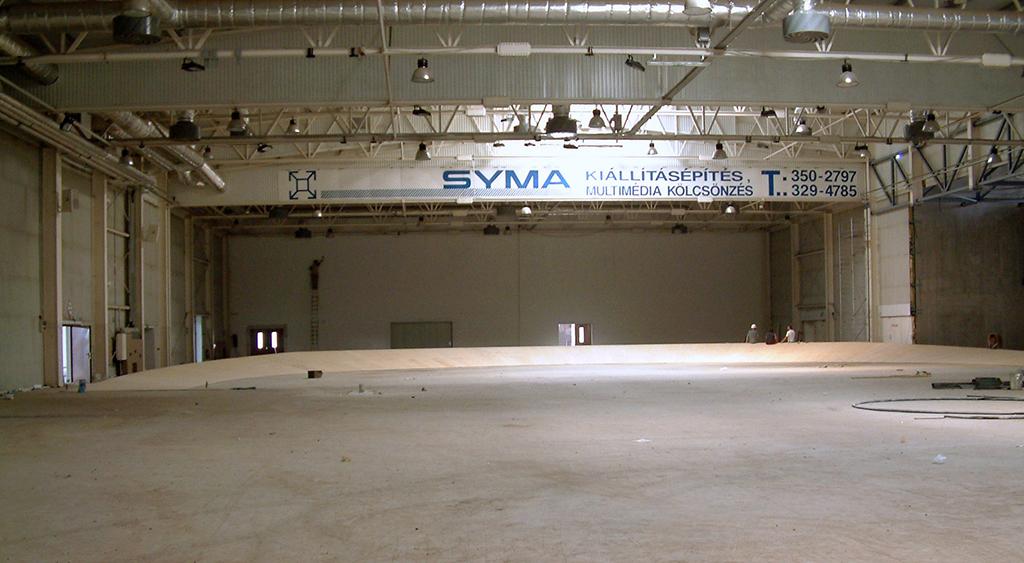 Járószínbe süllyeszthető fedett futópálya építése a Syma csarnokban.