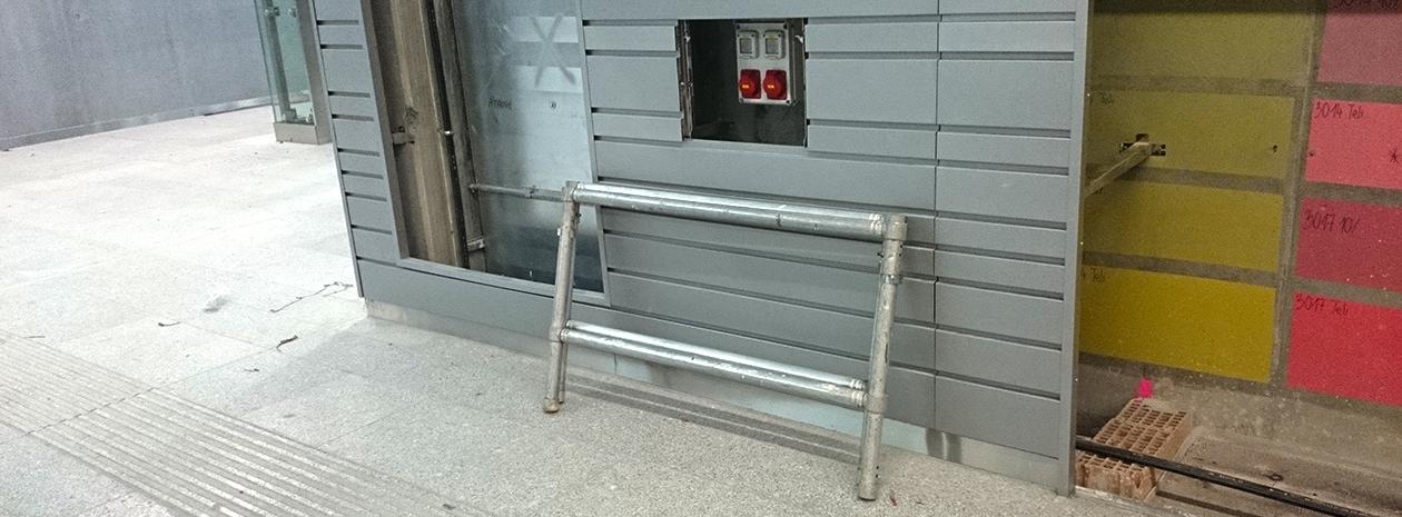 """Lamellás """"vandál biztos"""" acél falburkolat változó sávszélességgel a Kelenföldi M4-es metróállomás közlekedő folyosóján"""