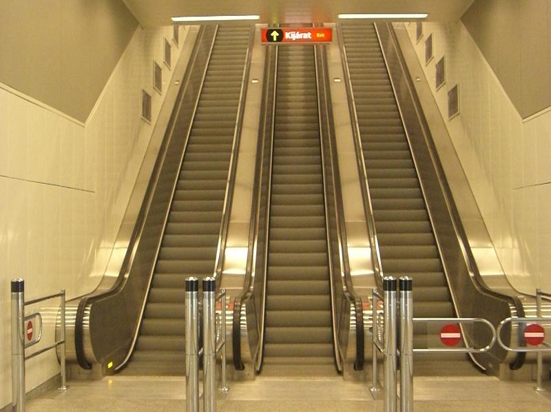 Mozgólépcső-burkolás, metróberendezések a 2-es metró Keleti pályaudvar megállónál.