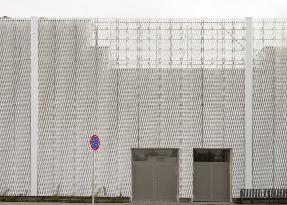 Kültéri burkolás terpesztett lemezzel a Pólus Centernél